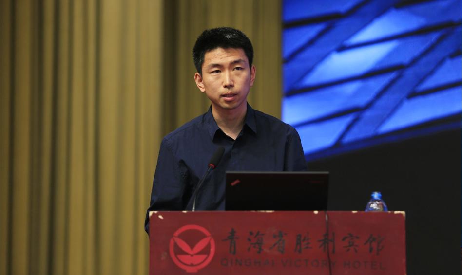 社会科学文献出版社信息化委员会委员杨东来演示皮书数据库投约稿系统