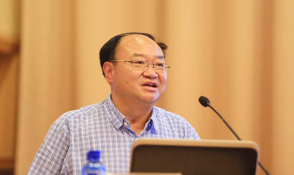 云南民族大学党委委员、副书记刘荣主持主题演讲下半段环节