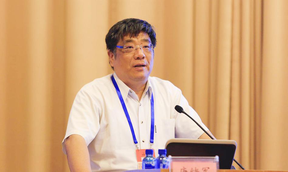 中国社会科学院新闻与传播研究所所长唐绪军主持主题演讲上半段环节