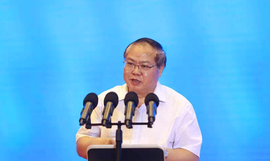 贵州省社会科学院院长吴大华主持上半场主题演讲环节