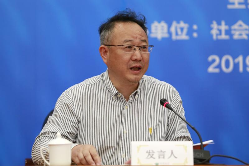 平行论坛代表王健向大会报告平行论坛研讨情况