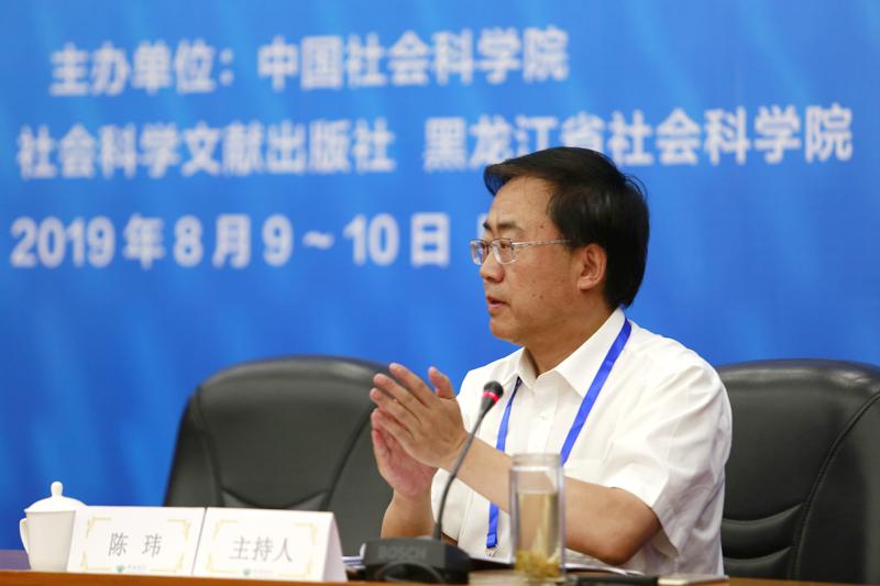 青海省社会科学院党组书记、院长陈玮主持发言