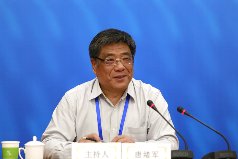 中国社会科学院新闻与传播研究所所长唐绪军主持发言