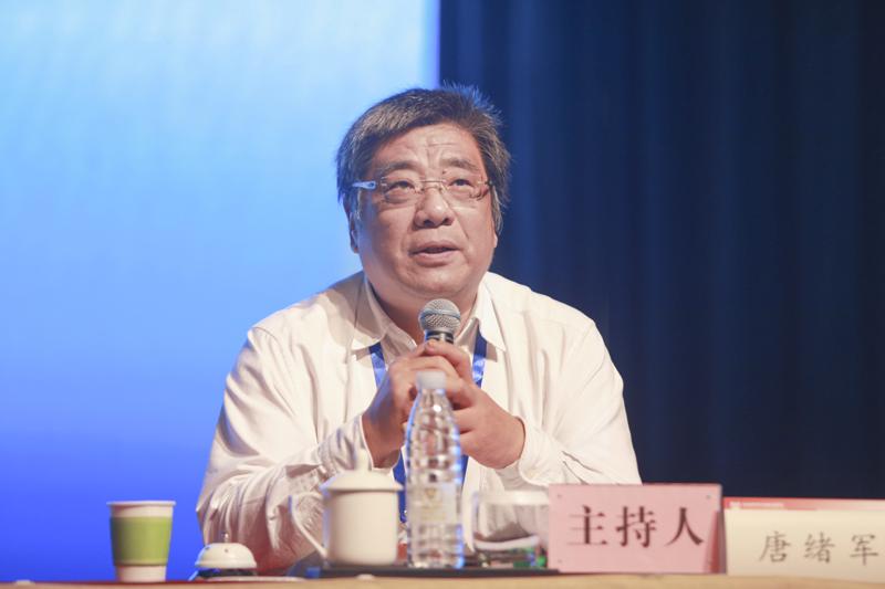 中国社会科学院新闻与传播研究所所长唐绪军主持学术演讲环节