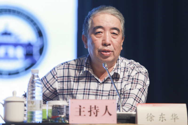 机械工业经济管理研究院党委书记、院长徐东华主持主题演讲环节