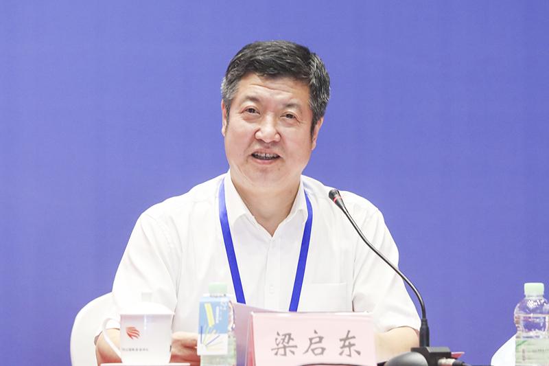辽宁社会科学院副院长梁启东主持闭幕式环节